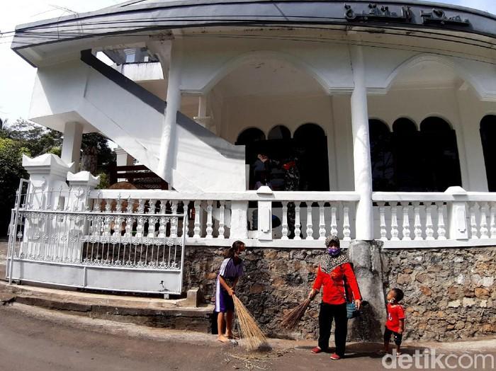 Warga Semarang Bahu Membahu Bersihkan Masjid-Kapel